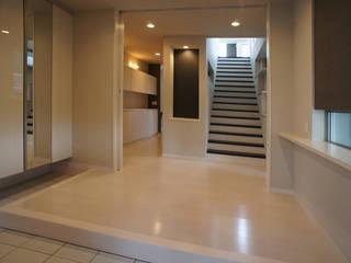 ~開放感あふれる暮らしを楽しむ『回遊する眺望リビングの家』 西薗守 住空間設計室 モダンスタイルの 玄関&廊下&階段