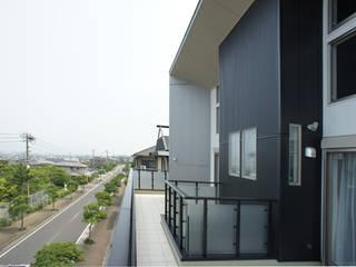 ~開放感あふれる暮らしを楽しむ『回遊する眺望リビングの家』 西薗守 住空間設計室 モダンデザインの テラス