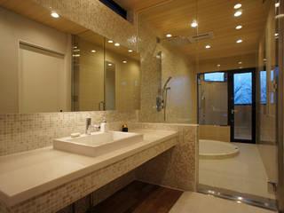 ~山に抱かれた暮らしを楽しむ『自然の潤いと共に暮らす家』 西薗守 住空間設計室 モダンスタイルの お風呂