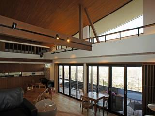 ~山に抱かれた暮らしを楽しむ『自然の潤いと共に暮らす家』 和風デザインの リビング の 西薗守 住空間設計室 和風