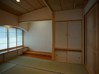 ~深い軒の外部空間を楽しむ『平屋の大屋根の美しい家』 西薗守 住空間設計室 和風デザインの 多目的室