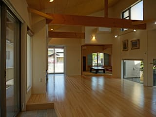 ~深い軒の外部空間を楽しむ『平屋の大屋根の美しい家』 西薗守 住空間設計室 和風デザインの リビング