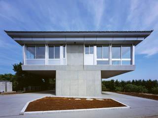 2階夜景のリビングルーム: Guen BERTHEAU-SUZUKI  Co.,Ltd.が手掛けた家です。