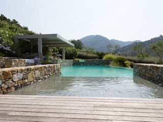 Un giardino scolpito per una proprietà privata Piscina in stile mediterraneo di Giuseppe Lunardini Architetto del Paesaggio Mediterraneo