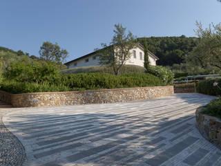 Un giardino scolpito per una proprietà privata Case in stile mediterraneo di Giuseppe Lunardini Architetto del Paesaggio Mediterraneo