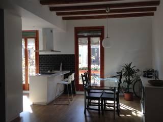 Reforma integral de piso en Barcelona Comedores de estilo mediterráneo de Asbbcn Mediterráneo