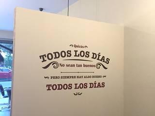 Tabique divisorio a media altura: Vestidores de estilo  de Architect Hugo Castro  - HC Estudio  Arquitectura y Decoración