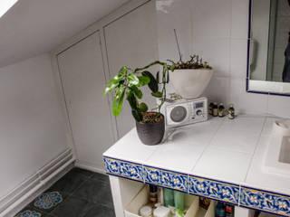 Les rangements sous la sous-pente: Salle de bains de style  par Sophie Embs