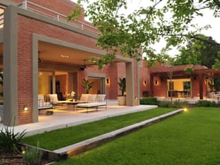 Garden by JUNOR ARQUITECTOS,