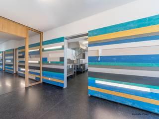 Zugang zu Mensa und Schulküche, Ganztagesschule Bräugasse:  Schulen von Knychalla + Team, Architekten, Stadtplaner GmbH