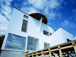 東側外観: Guen BERTHEAU-SUZUKI  Co.,Ltd.が手掛けたベランダです。