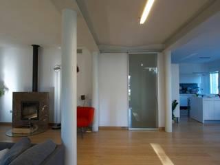 LDA_PS1: Un gioco di cromatismi e materiali per un ambiente luminoso ed elegante. Sala da pranzo moderna di Laboratorio di Architettura di Lamon Arch. Luciano Moderno