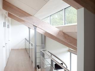 Pasillos, vestíbulos y escaleras de estilo moderno de adsmeuldersarchitect Moderno