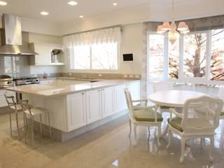Residencia Condomínio Villa Benvenutti: Cozinhas  por Claudia Pereira Arquitetura,Clássico