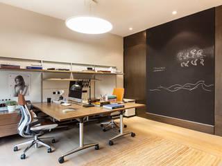 Oficinas Corporativas: Estudios y oficinas de estilo moderno por Ofis Design