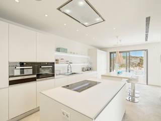 REFORMA EN CALA MORAGUES Cocinas de estilo moderno de JAIME SALVÁ, Arquitectura & Interiorismo Moderno