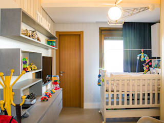 Nursery/kid's room by Michele Moncks Arquitetura, Classic