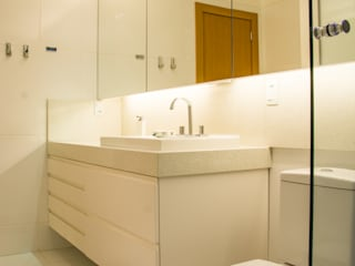 branco absoluto: Banheiros  por Michele Moncks Arquitetura