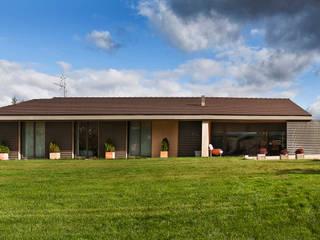 Country house in Ancín Ignacio Quemada Arquitectos Minimalist house Red