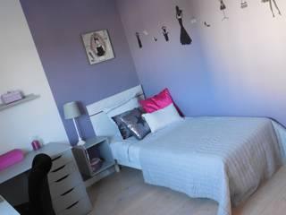 Chambre de jeune fille dans les tons violet: Chambre d'enfant de style de style Moderne par Scènes d'Intérieur