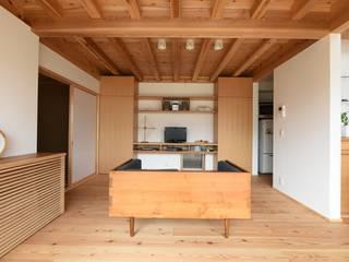 Moderne woonkamers van 株式会社松井郁夫建築設計事務所 Modern
