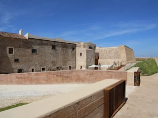 Rehabilitación del Convento y Baluarte San Juan de Dios en Olivenza: Jardines de estilo  de B11arquitectos