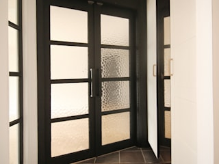 김정권디자이너 Pasillos, vestíbulos y escaleras de estilo moderno Tablero DM Gris