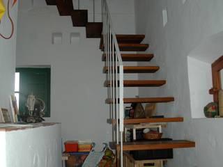 APARTAMENTO EN UN PALOMAR: Pasillos y vestíbulos de estilo  de B11arquitectos