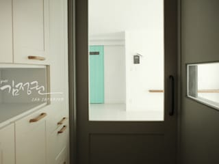 김정권디자이너 Pasillos, vestíbulos y escaleras de estilo moderno Mármol Gris
