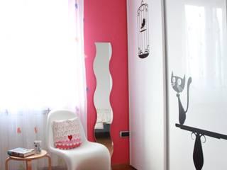 Camera ragazza: Stanza dei bambini in stile in stile Moderno di OGARREDO