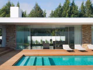 Vista da piscina para a sala: Piscinas  por A.As, Arquitectos Associados, Lda,Moderno