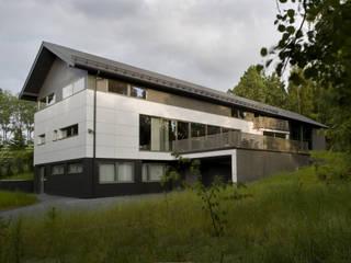 Dom Szary w Jurze Minimalistyczne domy od Biuro Studiów i Projektów Architekt Barbara i Piotr Średniawa Minimalistyczny