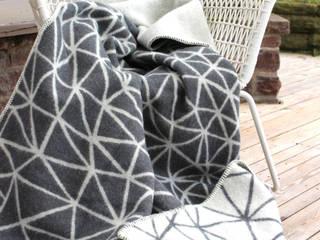 """Decke im ava&yves Design """"Mountains"""" aus 100% skandinavischer Schurwolle: modern  von ava&yves,Modern Wolle Orange"""