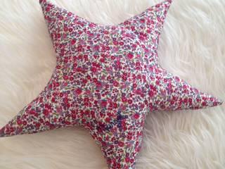 Coussin Etoile Liberty Fleuri:  de style  par Les Petites Aiguilles de Julie