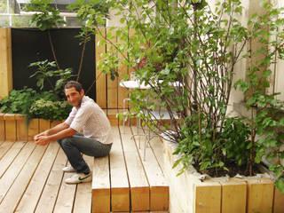 Une pièce en plus, Paris: Terrasse de style  par Atelier Roberta