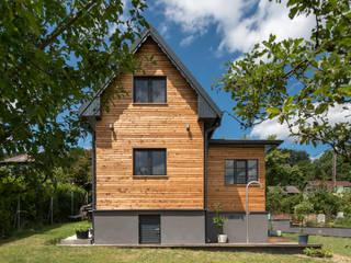 Casas de estilo moderno de UNA plant Moderno Madera Acabado en madera