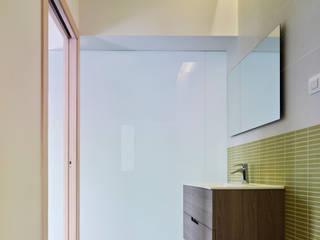 rehabilitación integral en Cangas: Baños de estilo moderno de rodríguez + pintos   arquitectos
