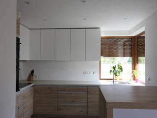 BIEL I DREWNO - ŁAZIENKA I KUCHNIA W DOMU W ZAWIŚCI: styl , w kategorii Kuchnia zaprojektowany przez Architektura Wnętrz Magdalena Sidor