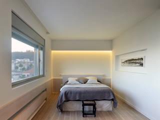 rehabilitación integral en Cangas: Dormitorios de estilo moderno de rodríguez + pintos   arquitectos