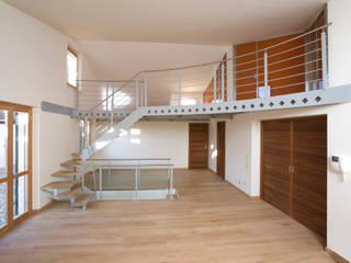 Soppalco in acciaio, legno e vetro verniciato Soggiorno in stile industriale di fasedesign Industrial