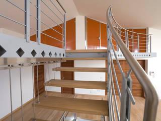 Soppalco in acciaio, legno e vetro verniciato: Soggiorno in stile  di fasedesign