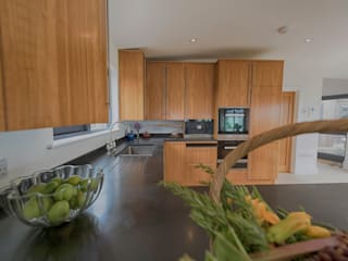 Isle of Wight Golden Oak Kitchen designed and Made by Tim Wood Moderne keukens van Tim Wood Limited Modern