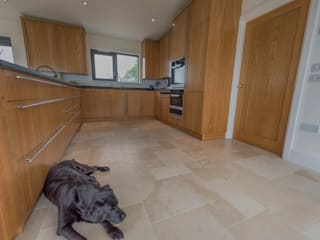 Isle of Wight Golden Oak Kitchen designed and Made by Tim Wood Nowoczesna kuchnia od Tim Wood Limited Nowoczesny