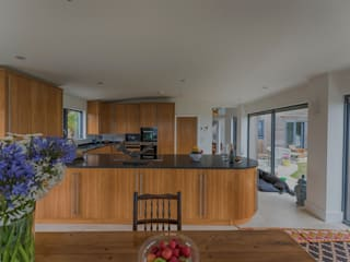Isle of Wight Golden Oak Kitchen designed and Made by Tim Wood Tim Wood Limited Modern style kitchen Wood