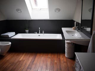 Modern Bathroom by deco chata Modern