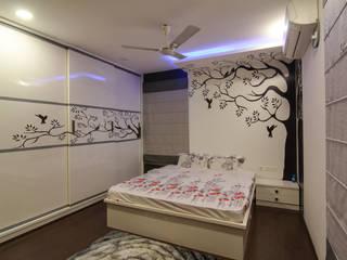 master bedroom:  Bedroom by KREATIVE HOUSE