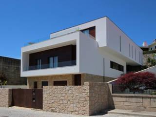 3H _ Hugo Igrejas Arquitectos, Lda Case in stile minimalista Granito Bianco