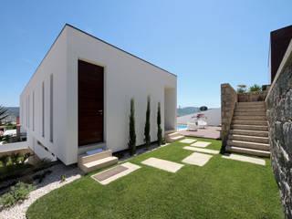 Casa em Guimarães: Casas  por 3H _ Hugo Igrejas Arquitectos, Lda,Minimalista
