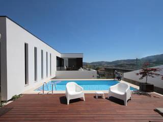 Casa em Guimarães: Piscinas  por 3H _ Hugo Igrejas Arquitectos, Lda