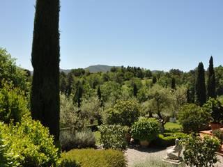 Arte e paesaggio sulle colline toscane Balcone, Veranda & Terrazza in stile mediterraneo di Giuseppe Lunardini Architetto del Paesaggio Mediterraneo